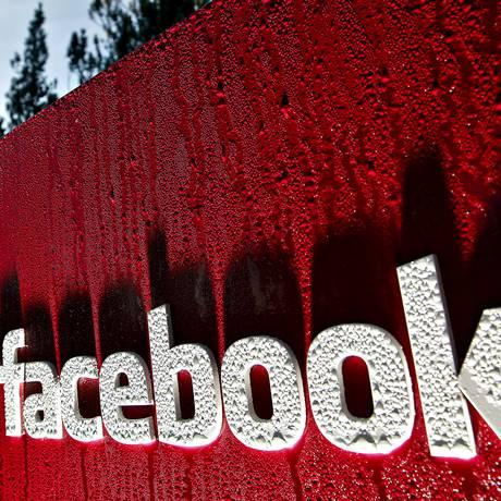 Logomarca do Facebook na sede da empresa em Palo Alto, Califórnia Foto: Tony Avelar / Bloomberg News