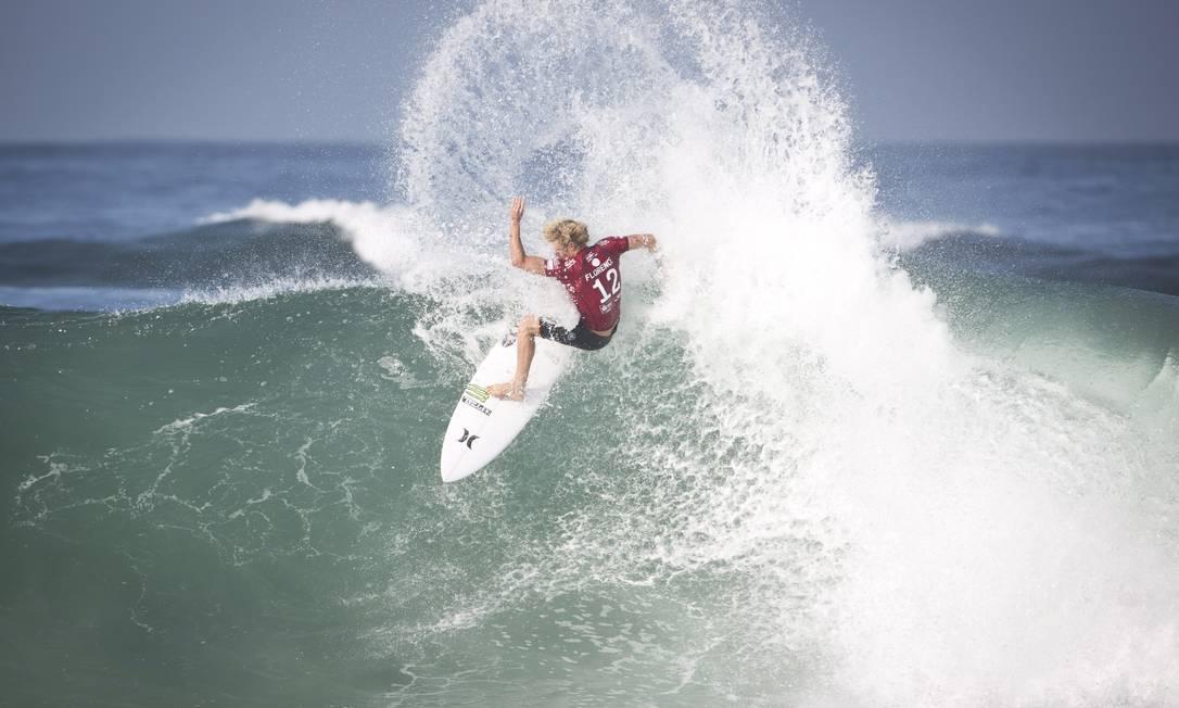 John John Florence faz uma manobra nas ondas da praia da Barra. Ele foi derrotado na primeira rodada pelo brasileiro Wiggolly Dantas Guito Moreto / O Globo