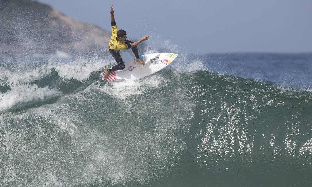 Adriano de Souza faz uma manobra nas ondas do Postinho, na Barra Guito Moreto / O Globo
