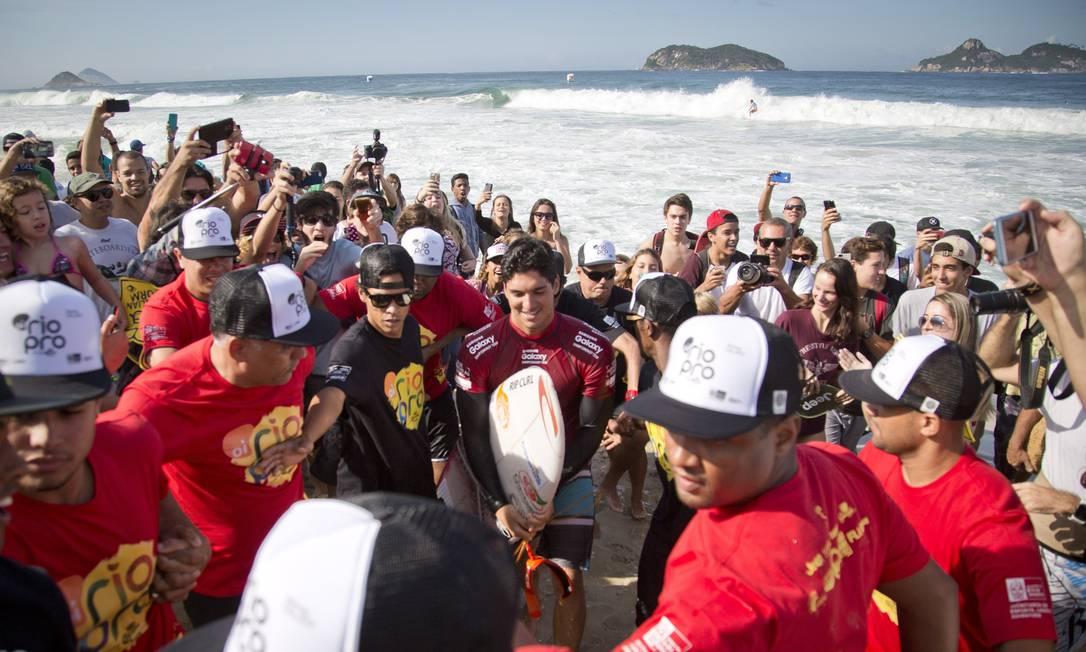 O campeão foi muito assediado ao entrar na água Guito Moreto / Agência O Globo