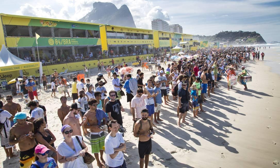 Mesmo numa terça-feira, bom público nas areias da Barra Guito Moreto / Agência O Globo