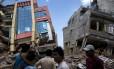 Nepaleses observam construções atingidas por mais um terremoto - este, de 7,3 graus - que atingiu o Nepal