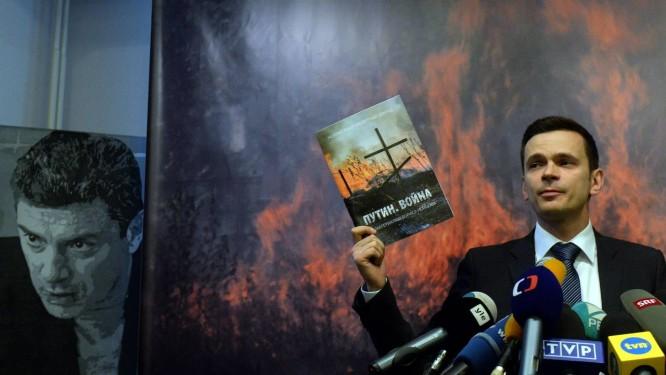 O ativista Ilya Yashin apresenta o relatório que aponta a presença de tropas russas na Ucrânia Foto: VASILY MAXIMOV / AFP