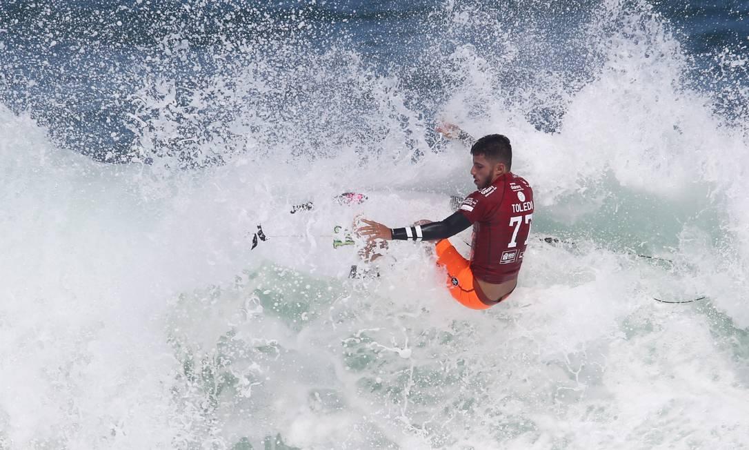 Filipe Toledo foi outro brasileiro a avançar para a segunda fase. Ele derrotou o americano Kolohe Andino e o australiano Adam Melling Guilherme Pinto / Extra