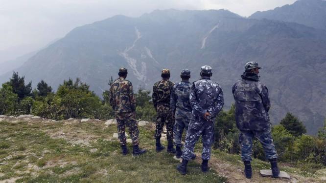 Soldados e policiais em Dhunche, Norte do Nepal: ajuda humanitária pode ter sofrido baixa Foto: ROBERTO SCHMIDT / AFP