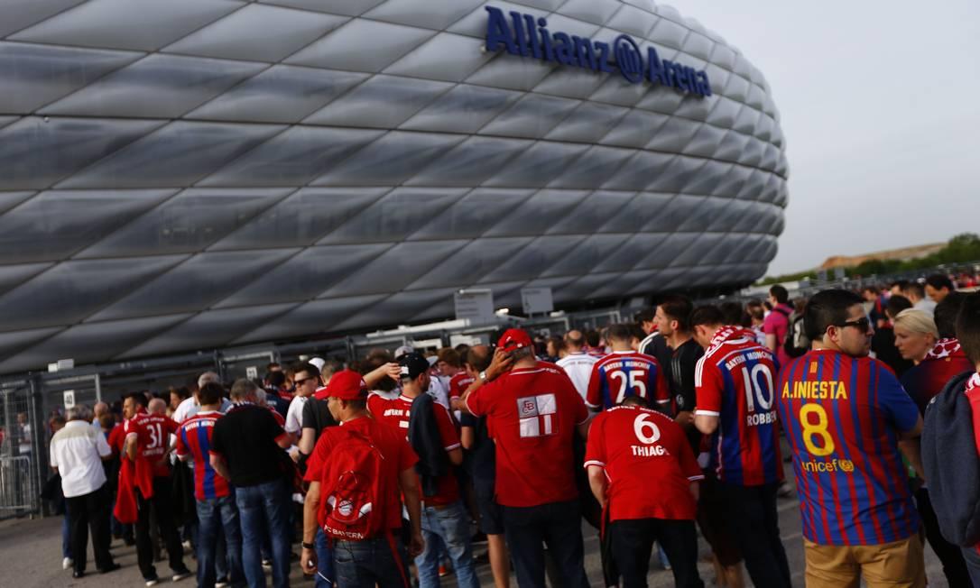 Fãs do Bayern e do Barcelona na entrada do estádio em Munique: casa cheia para o 2º jogo da semifinal da Liga dos Campeões Matthias Schrader / AP