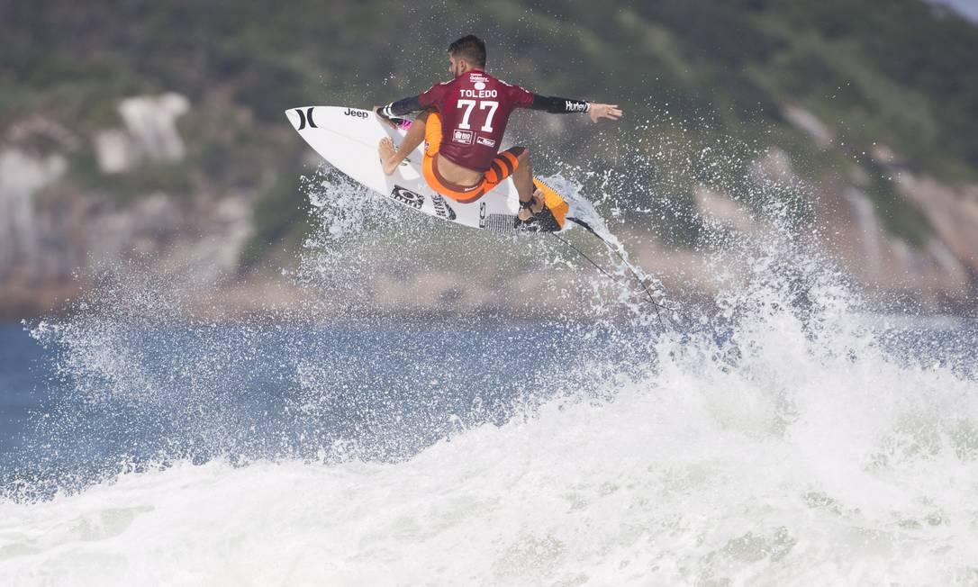 Filipe Toledo decola nas ondas da Barra Guito Moreto / Agência O Globo