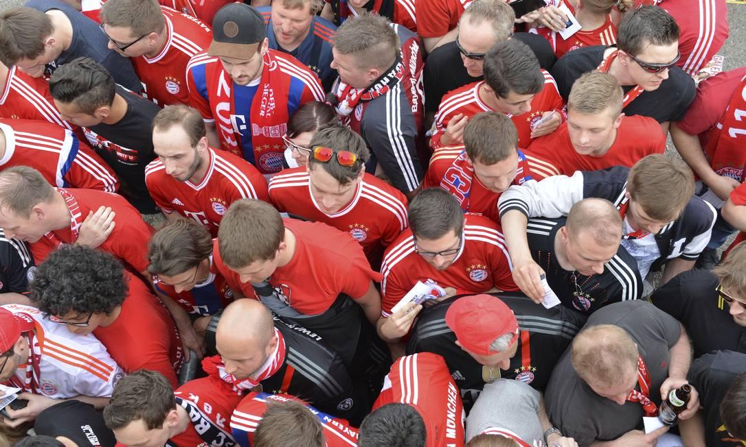 Torcedores do Bayern na chegada ao estádio em Munique: confiança no time, que vai precisava quase de um milagre contra o Barcelona para se classificar à final da Liga dos Campeões Kerstin Joensson / AP