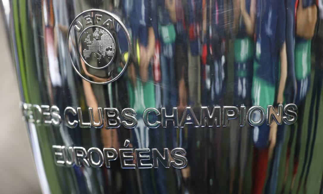 O troféu mais desejado pelos clubes europeus, em exibição no estádio do Bayern, em Munique Kai Pfaffenbach / REUTERS