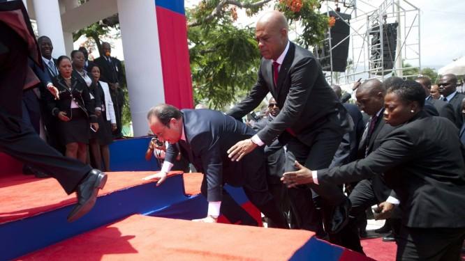 Michel Martelly segura Hollande após tropeço Foto: HECTOR RETAMAL / AFP