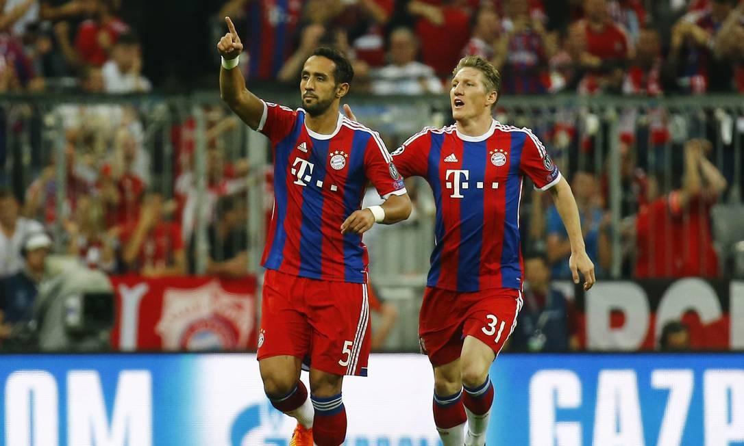 Mehdi Benatia (5) festeja o gol que marcou pelo Bayern, logo aos 7 minutos de jogo, contra o Barcelona, em Munique Kai Pfaffenbach / REUTERS