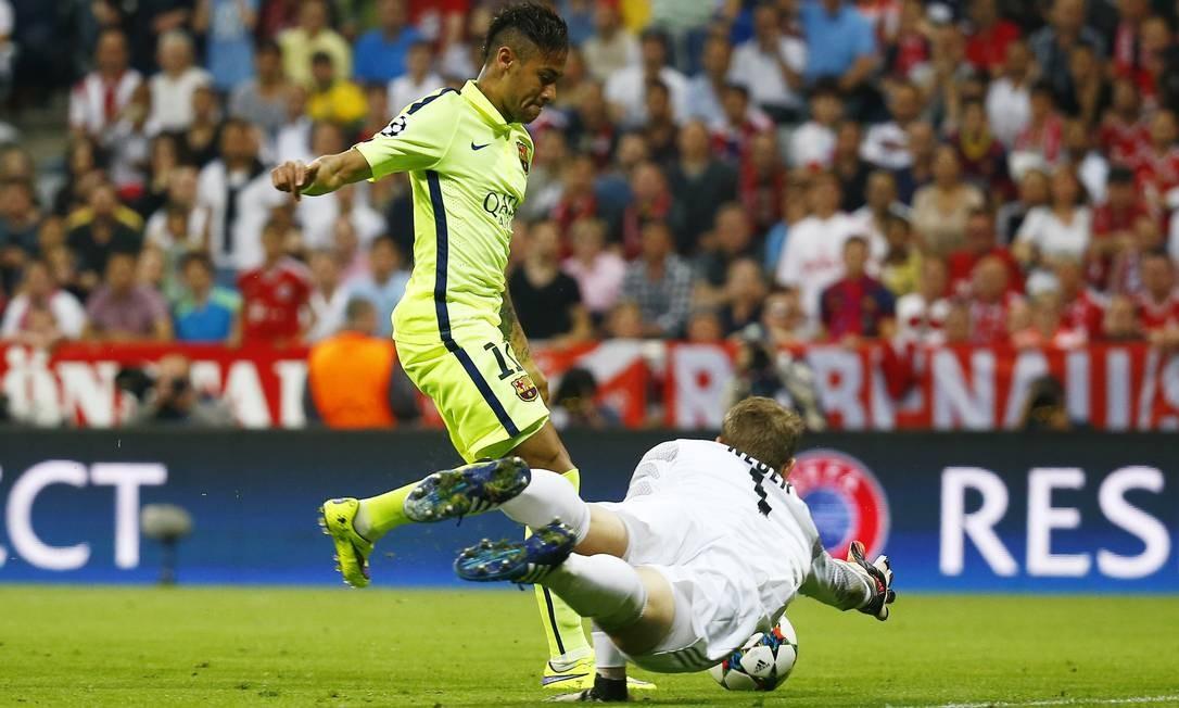 A bola passa pelo goleiro Neuer, do Bayern, e Neymar aproveita passe de Luis Suárez para marcar para o Barcelona Kai Pfaffenbach / REUTERS