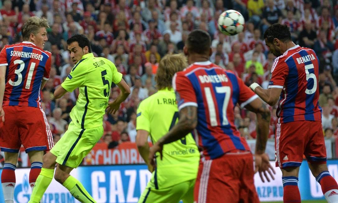 Mehdi Benatia (5) sobe de cabeça e abre o placar em Munique: 1 a 0 para o Bayern em cima do Barcelona Kerstin Joensson / AP