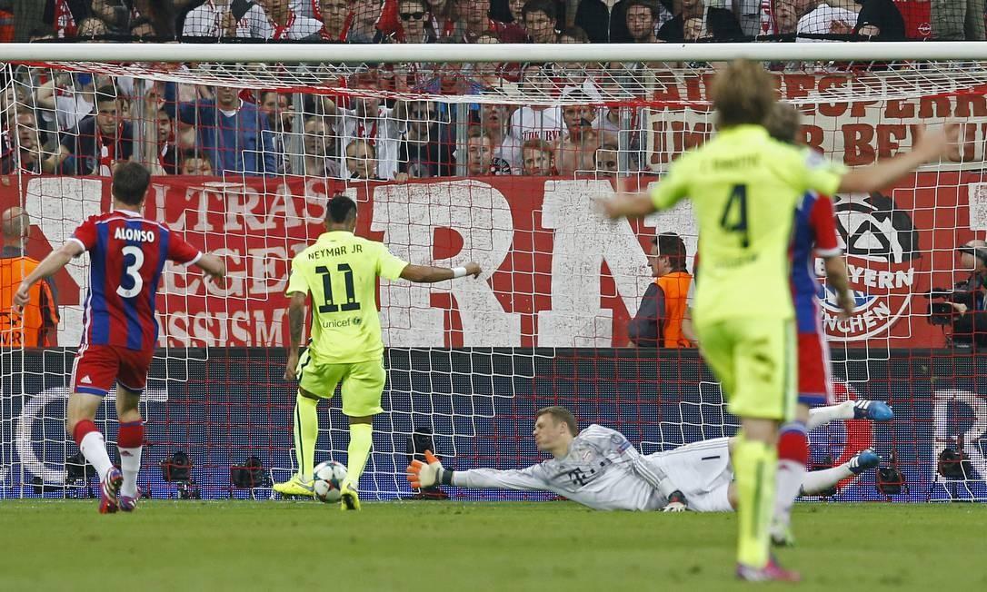 O goleiro Neuer se estica todo e não alcança a bola tocada por Neymar (11) na pequena área: Barcelona empatava o jogo contra o Bayern naquele momento Albert Gea / REUTERS