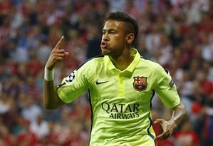 Neymar comemora o primeiro gol que marcou pelo Barcelona, em Munique, contra o Bayern Foto: Kai Pfaffenbach / REUTERS
