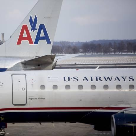 American Airlines quer concluir, até o ano que vem, a troca da pintura dos aviões da US Airways, transformando todos em aeronaves da American Foto: Andrew Harrer / Bloomberg/23-01-2014