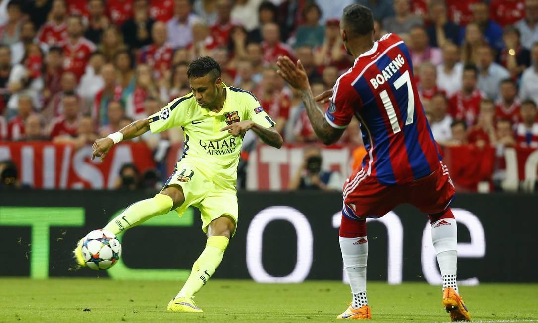 Neymar bate de peito de pé direito para marcar 2 a 1 para o Barcelona sobre o Bayern, o 2º gol do atacante brasileiro no jogo Kai Pfaffenbach / REUTERS