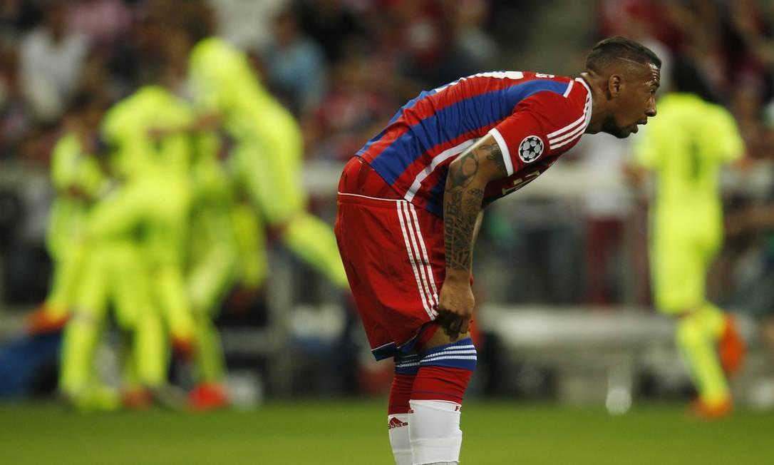 A desolação do zagueiro Jerome Boateng, do Bayern, após o 2º gol do Barcelona. Ao fundo, jogadores do time catalão festejam Ina Fassbender / REUTERS