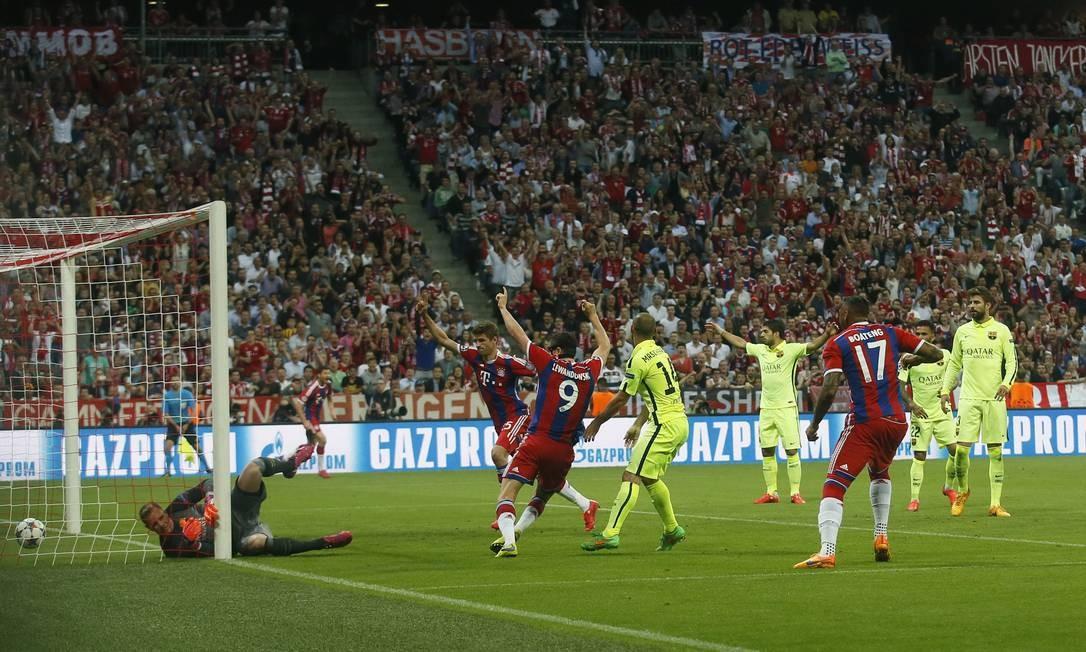 Não deu para Neuer: bola no fundo do gol após o chute de Neymar, e festa dos jogadores do Barcelona Albert Gea / REUTERS