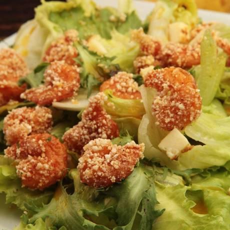 Verde. A salada de camarão empanado na tapioca (R$ 39,90) é opção do Rosita Café Foto: Divulgação/Berg Silva / Divulgação/Berg Silva