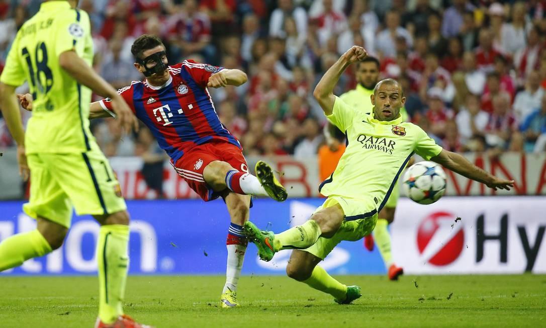Lewandowski toca com categoria, após bonita jogada individual, diante de Mascherano, para empatar em 2 a 2 o jogo entre Bayern e Barcelona Kai Pfaffenbach / REUTERS