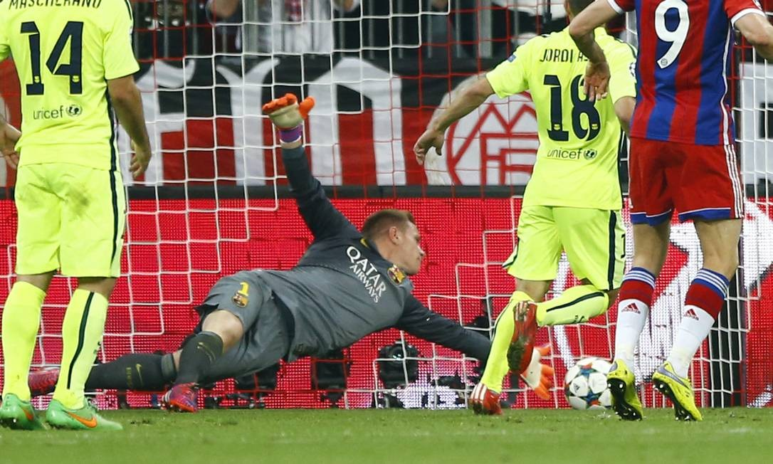 O goleiro do Barcelona, Ter Stegen, faz uma defesa salvadora, em cima da linha, evitando que a bola chutada por Lewandowski no 1º tempo virasse gol do Bayern Matthias Schrader / AP