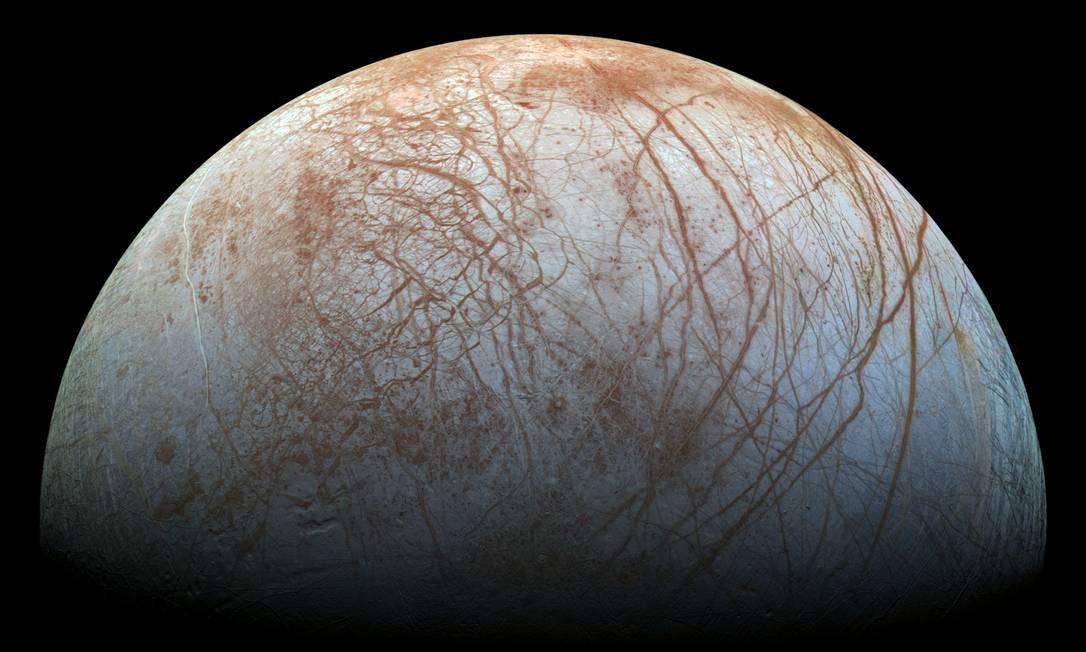Imagem de Europa feita pela sonda Galileu, da Nasa, no fim dos anos 1990: miteriosas linhas de material escuro que cobrem sua superfície seriam compostas por sal marinho Foto: Nasa/JPL-Caltech/SETI Institute