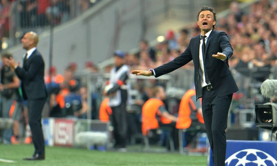 Enquanto Guardiola, à esquerda, gesticula com o time do Bayern, o técnico do Barça, Luis Enrique, pede calma à equipe Kerstin Joensson / AP