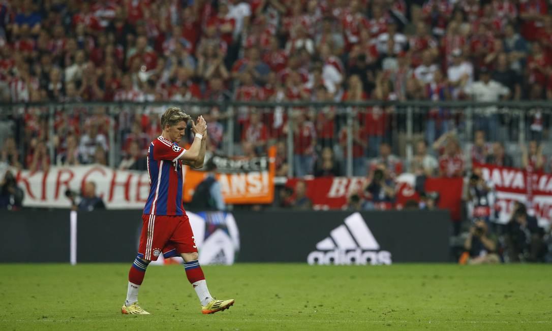 Schweinsteiger aplaude a torcida do Bayern ao ser substituído Albert Gea / REUTERS