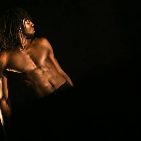 'Negro é lindo'. André Feijão em performance Foto: Divulgação / Fotos de divulgação/Renato Mangolin