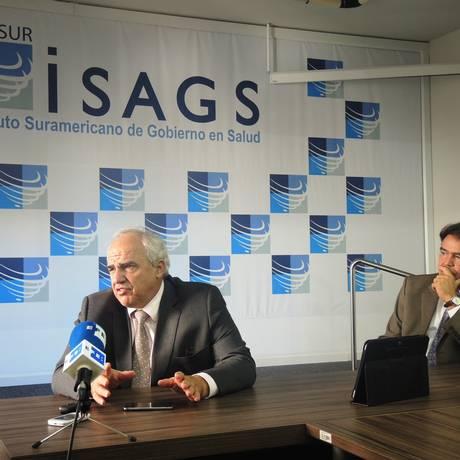 Ernesto Samper, secretário-geral da Unasul, à esquerda, e José Gomes Temporão, diretor-executivo do Isags Foto: Divulgação/Isags