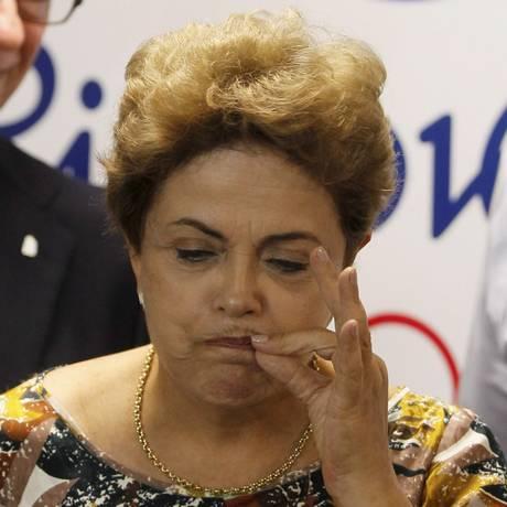 """Dilma Roussef faz gesto de """"fechar a boca"""" ao falar sobre dieta Foto: Marcelo Carnaval / Agência O Globo"""