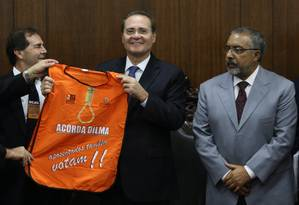 """O Presidente do Senado Federal, Renan Calheiros (PMDB-AL) recebe camisa com a frase """"Acorda Dilma"""" de manifestantes contra o ajuste fiscal Foto: Ailton de Freitas / Agência O Globo"""