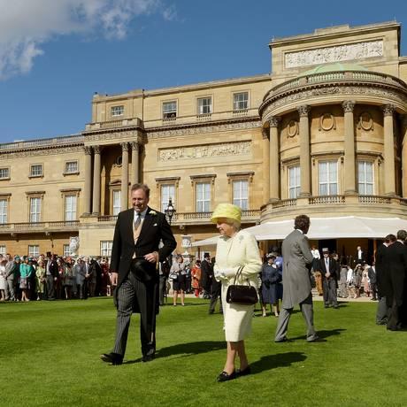 Rainha Elizabeth recebe convidados em Buckingham para celebrar o nascimento da bisneta Foto: Pool / Reuters