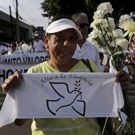 Mulher pede paz durante passeata em Guadalajara, no México Foto: STRINGER/MEXICO / REUTERS