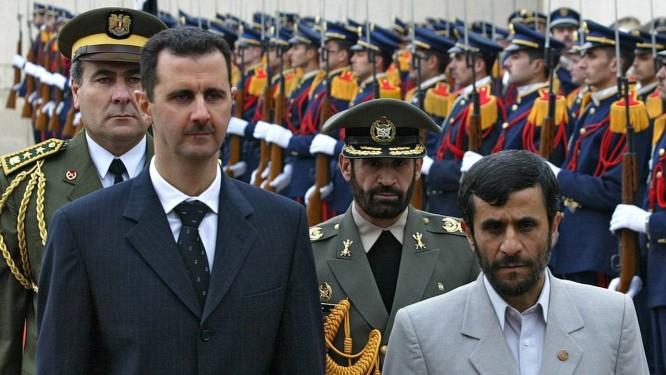 Bashar al-Assad (esquerda) ao lado do ex-presidente iraniano, Mahmoud Ahmadinejad, em 2006. Comissão internacional diz ter reunido provas para indiciar presidente sírio por crimes de guerra Foto: AFP Photo