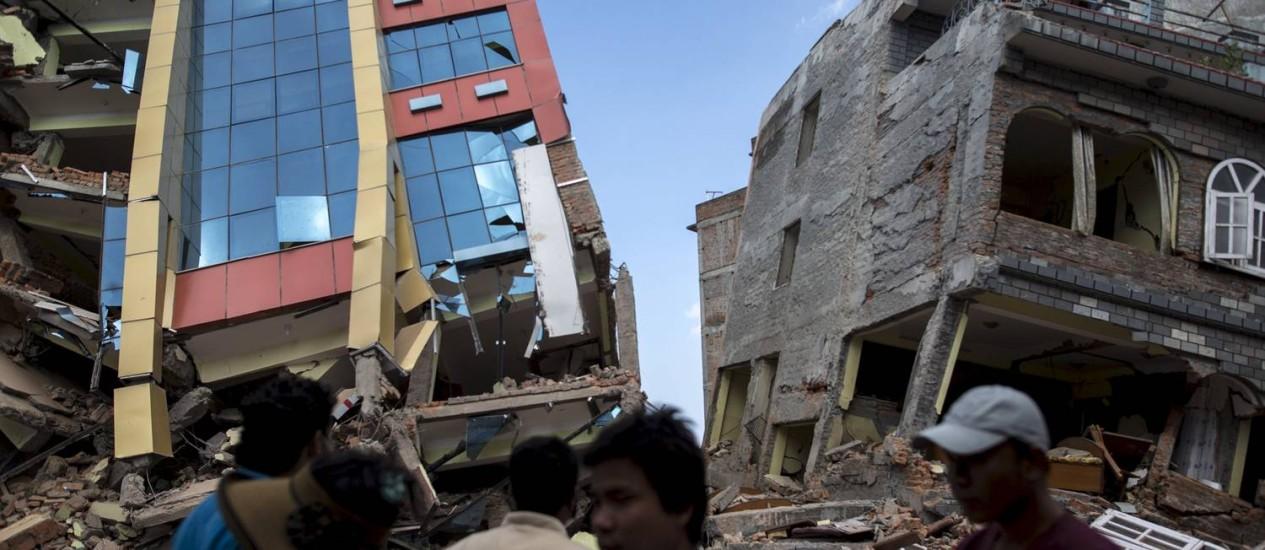 Novo terremoto provoca desabamento de edifícios em Katmandu, menos de três semanas após tremor destruir construções milenares na capital nepalesa Foto: ATHIT PERAWONGMETHA / REUTERS