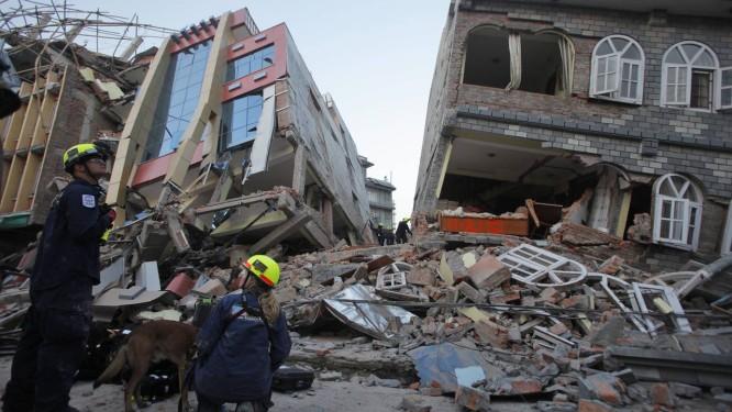 Escombros em Katmandu. Presidente da ONG GeoHazards International quer ajudar países em desenvolvimento a minimizar danos de tremores Foto: Bikram Rai / AP