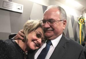 O jurista Luiz Fachin comemora com a mulher a aprovação na CCJ do Senado da indicação de seu nome ao Supremo Foto: Jorge William / Agência O Globo