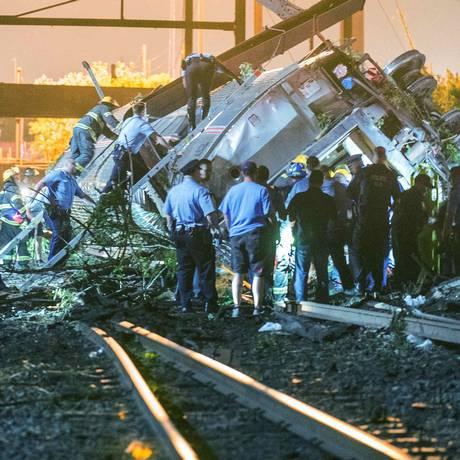 Equipes de resgate buscam vítimas entre os destroços do trem que descarrilou na Filadélfia Foto: Bryan Woolston / Reuters