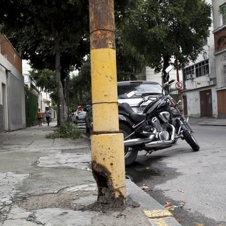 Segundo denúncia da policia civil Maria Elizabeth Pereira, poste apresenta a base corroída há pelo menos dois anos Foto: Agência O Globo / Eduardo Naddar