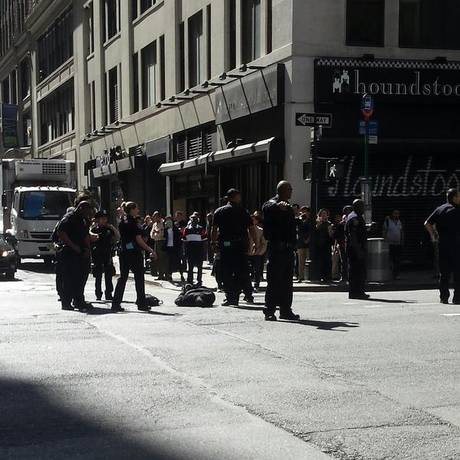 Policiais cercam esquina onde suspeito foi baleado Foto: Marla Diamond / Reprodução/Twitter