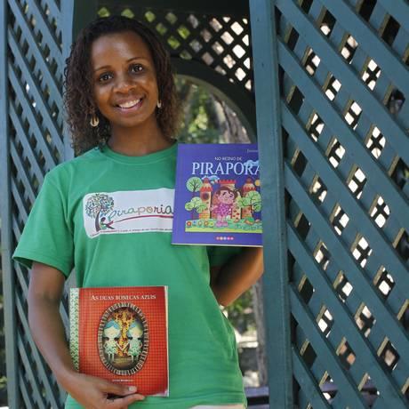 Escritora Janine Rodrigues com os livros usados no projeto Piraporeando Foto: Pedro Teixeira/Agência O Globo / Agência O Globo