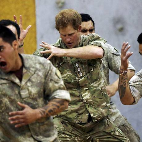 Harry executa a haka, dança de guerra maori, com militares na Nova Zelândia Foto: ANTHONY PHELPS / REUTERS