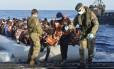 Soldados da Marinha italiana ajudam imigrantes a desembarcar