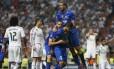 Morata comemora com Bonucci e Chiellini o gol de empate do Juventus