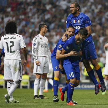 Morata comemora com Bonucci e Chiellini o gol de empate do Juventus Foto: Sergio Perez / REUTERS