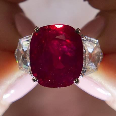 """""""Sunrise Ruby"""": rubi de 25.59 quilates entre dois diamantes superou o valor estimado no leilão Foto: JUSTIN TALLIS / AFP"""