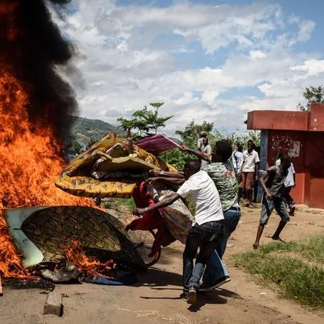 Cenário de caos no Burundi. Presidente Pierre Nkurunziza teria sido impedido de retornar ao país após ordem de general para que aeroporto fosse fechado Foto: Jennifer Huxta / AFP
