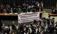 Deputados da oposição abriram uma faixa no plenário com críticas e acusações de que o PT traiu sua base popular